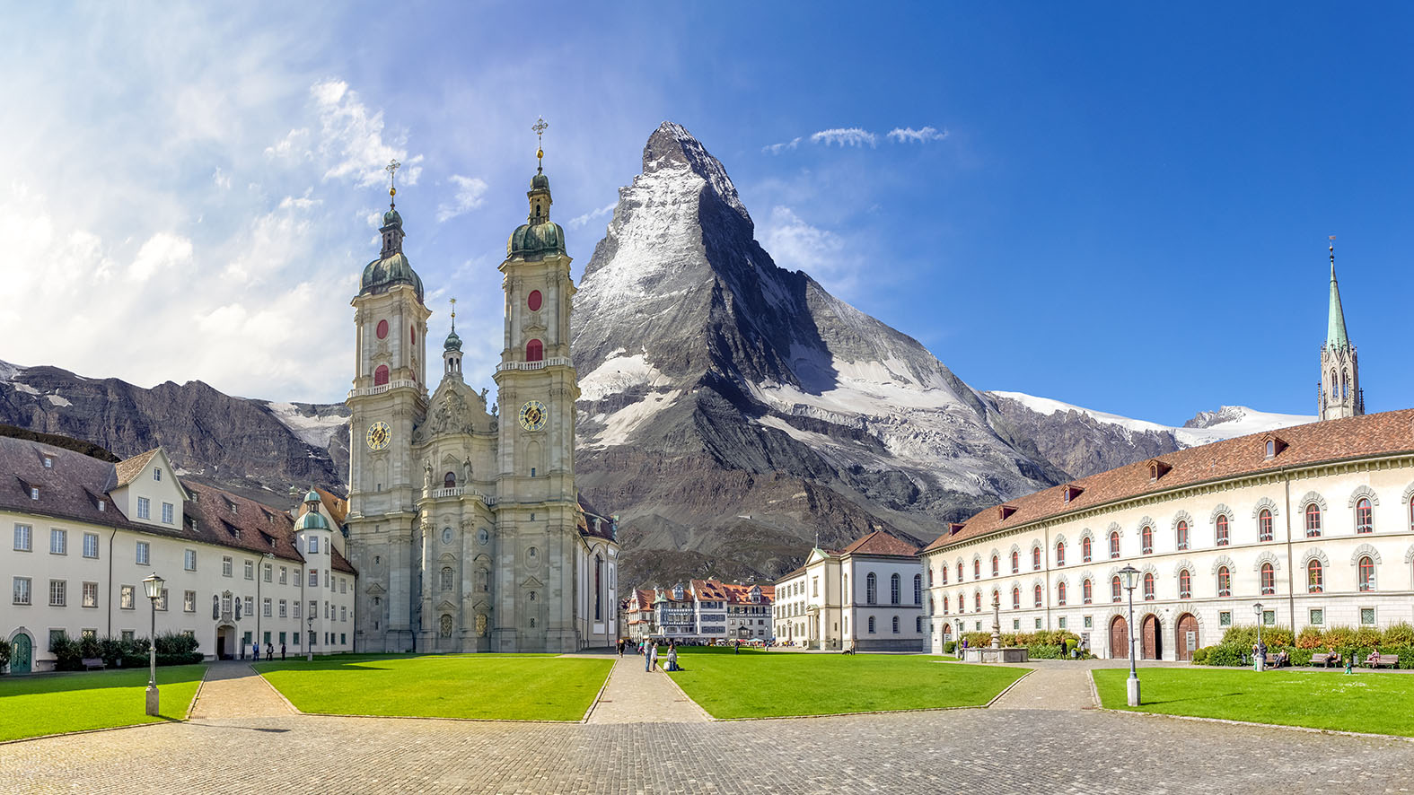 Matterhorn hinter St.Galler Kathedrale